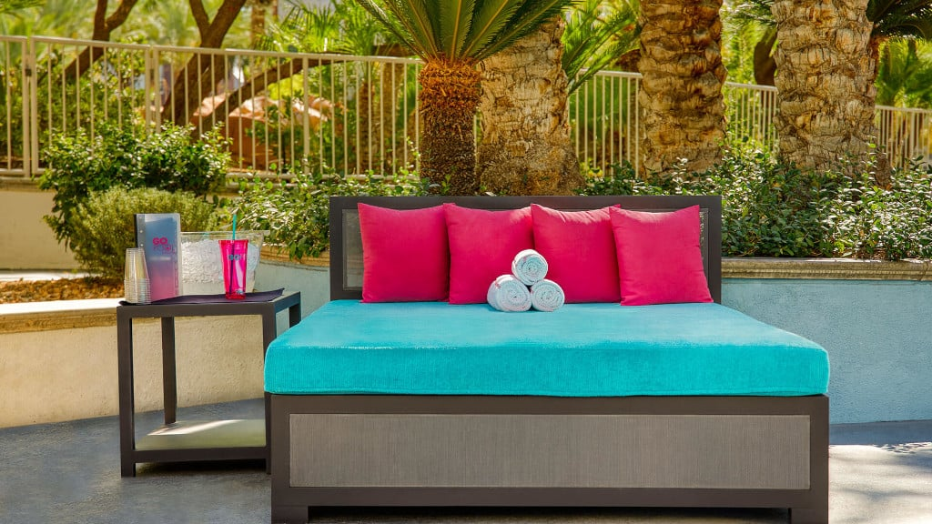 Flamingo pool daybed